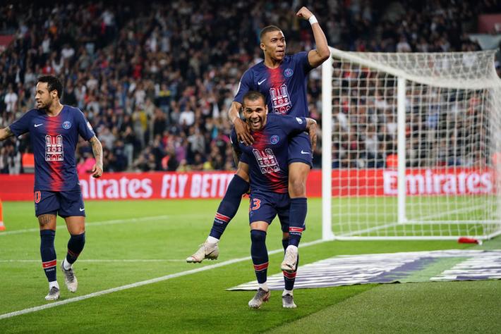 Nếu so tài đếm cúp, Ronaldo và Messi chắc chắn sẽ chịu thua cầu thủ này - Ảnh 1.
