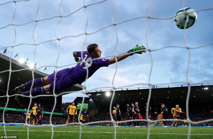 Tự bắn vào chân như một trò đùa, Arsenal níu kéo niềm tin cho... Man United - Ảnh 3.