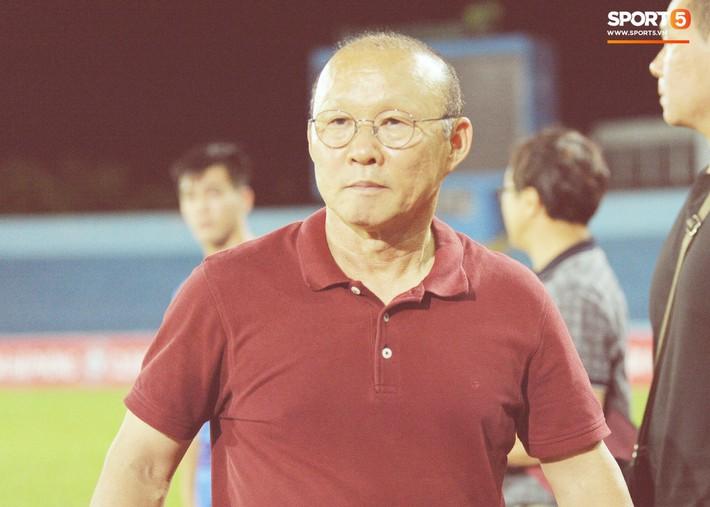 Thầy Park tìm và động viên Anh Đức sau trận thua trên sân Lạch Tray - Ảnh 3.