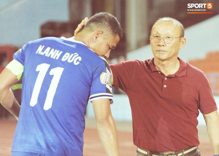 Thầy Park tìm và động viên Anh Đức sau trận thua trên sân Lạch Tray - Ảnh 4.