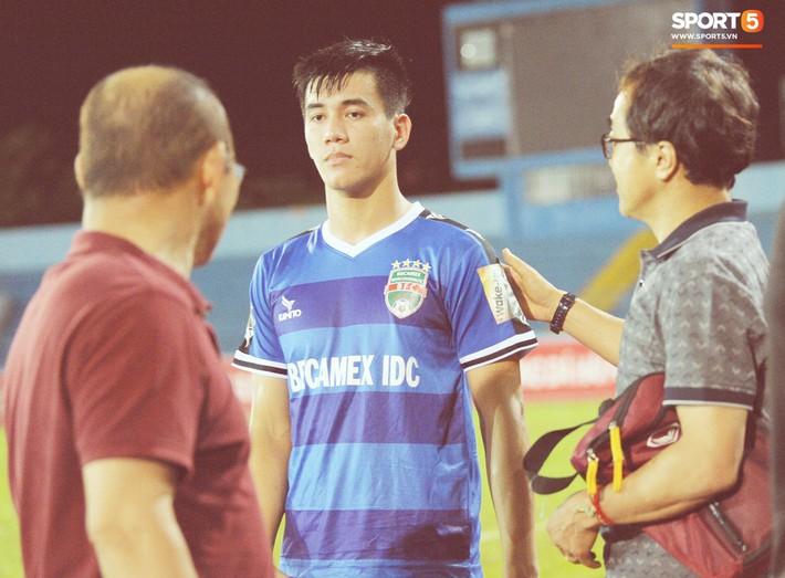 Thầy Park tìm và động viên Anh Đức sau trận thua trên sân Lạch Tray - Ảnh 6.