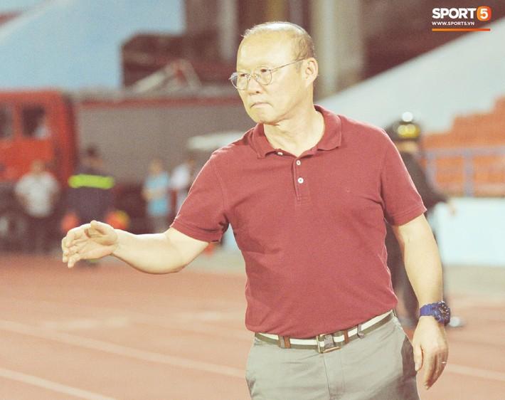 Thầy Park tìm và động viên Anh Đức sau trận thua trên sân Lạch Tray - Ảnh 8.
