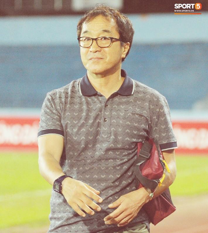 Thầy Park tìm và động viên Anh Đức sau trận thua trên sân Lạch Tray - Ảnh 11.