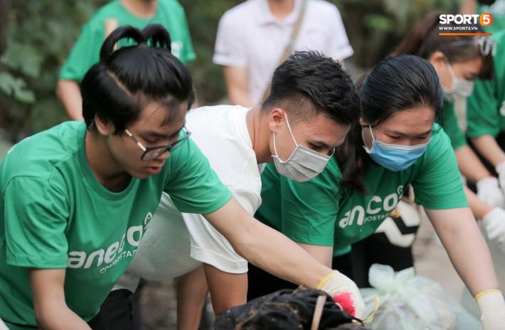Sau giờ tập bóng, Quang Hải xắn tay tham gia thử thách dọn rác và cái kết mãn nguyện - Ảnh 5.