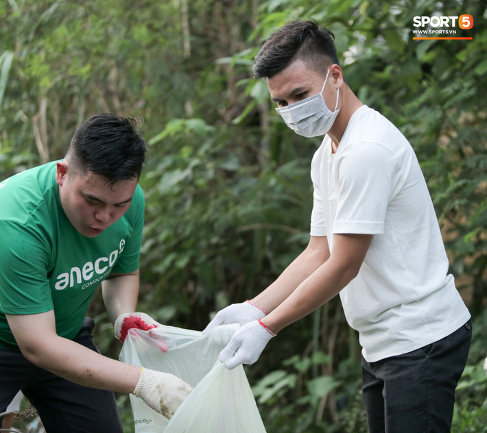Sau giờ tập bóng, Quang Hải xắn tay tham gia thử thách dọn rác và cái kết mãn nguyện - Ảnh 7.
