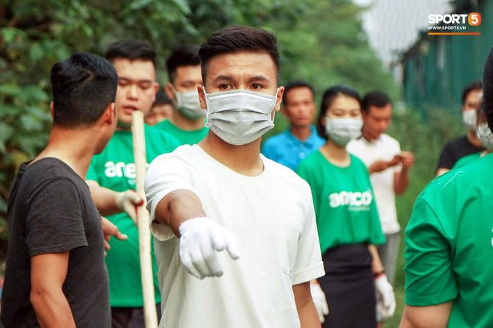Sau giờ tập bóng, Quang Hải xắn tay tham gia thử thách dọn rác và cái kết mãn nguyện - Ảnh 10.