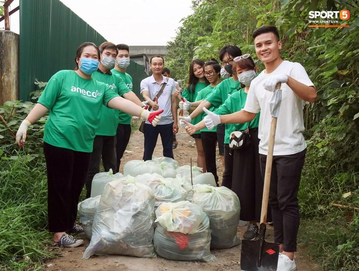 Sau giờ tập bóng, Quang Hải xắn tay tham gia thử thách dọn rác và cái kết mãn nguyện - Ảnh 11.