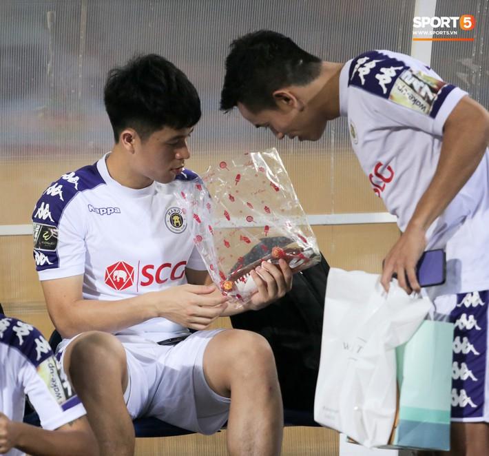 Đang tập luyện, Đình Trọng vẫn tranh thủ chạy đi lấy nước cho cậu bé nhặt bóng đặc biệt - Ảnh 12.