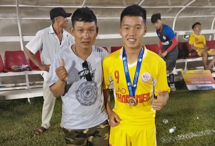 Tuyển thủ U19 Việt Nam và giấc mơ xây nhà cho bố từ tiền đi đá bóng - Ảnh 1.