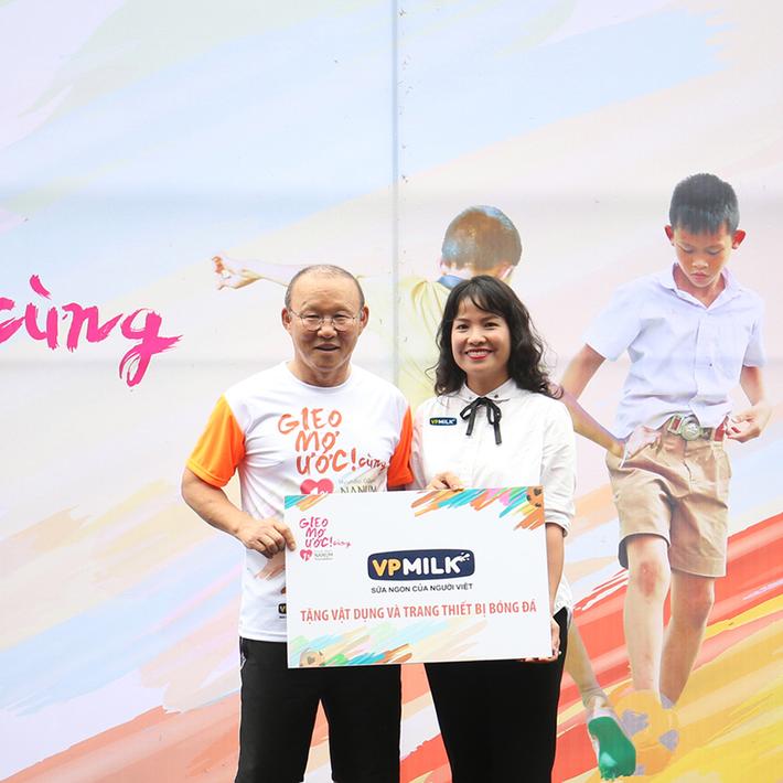 HLV Park Hang-seo tham dự sự kiện đầy ý nghĩa với trẻ em thiệt thòi tại Việt Nam - Ảnh 2.