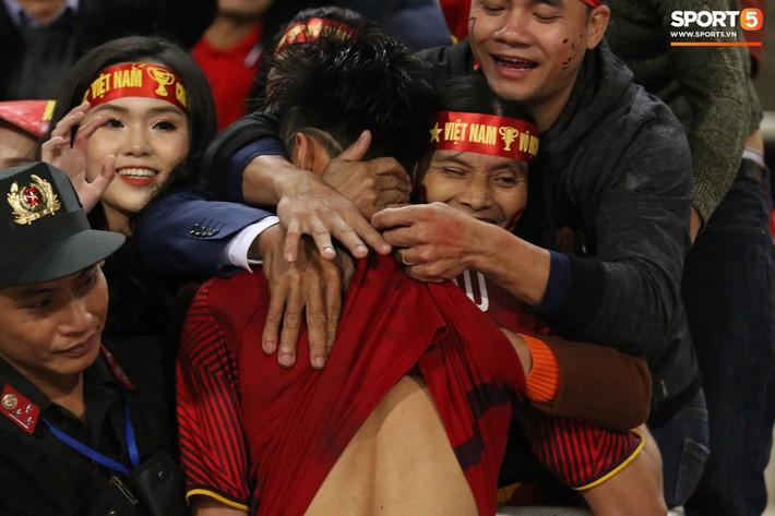 Ngày của mẹ xem lại khoảnh khắc Lớn rồi còn khóc nhè của các tuyển thủ Việt Nam - Ảnh 1.