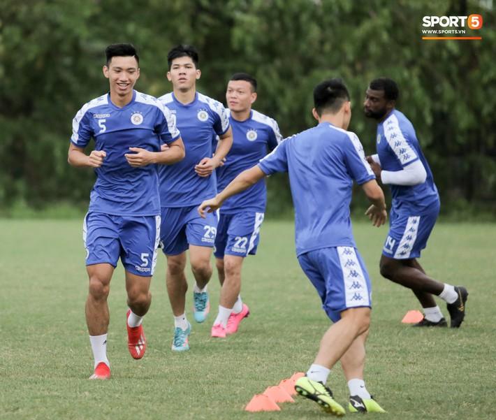 Đình Trọng làm bảo mẫu bất đắc dĩ, lấy tay che mưa cho quý tử của đàn anh tại Hà Nội FC - Ảnh 11.