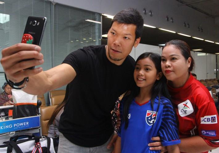 Thái Lan đón tuyển thủ nước ngoài đầu tiên về đấu Việt Nam - Ảnh 7.