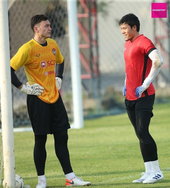 Văn Lâm tập chung với thần tượng kiêm đối thủ là thủ môn số 1 tuyển Thái Lan ngay trước thềm Kings Cup - Ảnh 1.