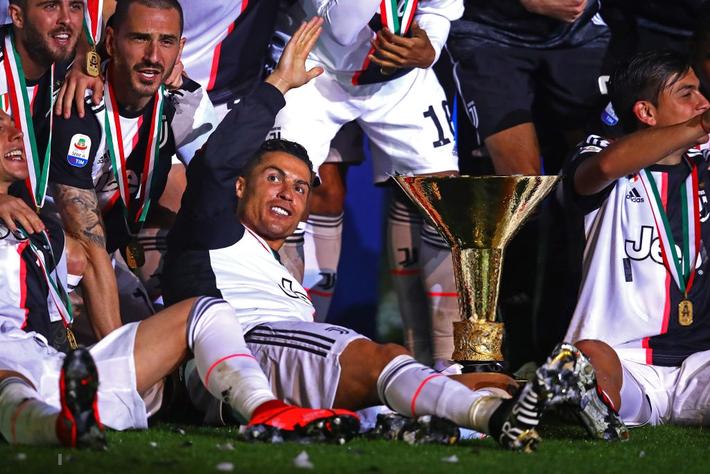 Ronaldo hạnh phúc bên mẹ và bạn gái trong ngày trọng đại của cuộc đời - Ảnh 1.