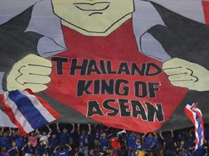 Bóng đá Thái Lan và bài 'lấy mỡ nó rán nó' - Ảnh 1.