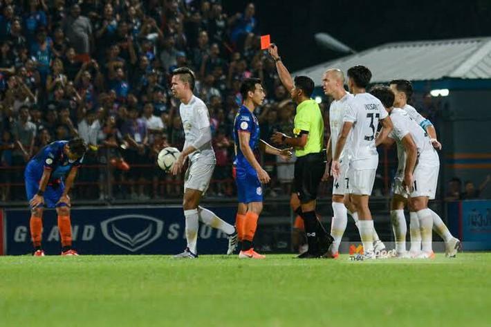 Đánh lén trọng tài và hậu quả bẽ bàng cho tuyển thủ Thái Lan: Cấm thi đấu 8 trận, nộp phạt gần 90 triệu VNĐ, bị loại khỏi danh sách sơ bộ đá Kings Cup - Ảnh 3.
