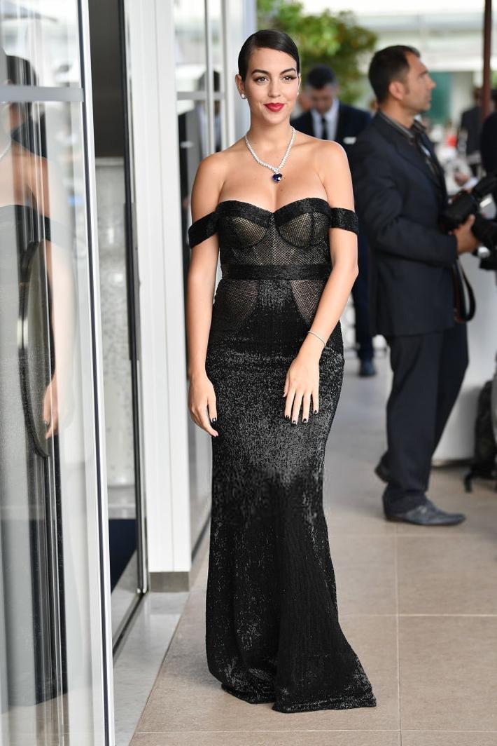 Chẳng cần hở bạo như Ngọc Trinh, bạn gái Ronaldo vẫn khiến fan ná thở vì quá xinh đẹp, nóng bỏng và thần thái ngút ngàn khi xuất hiện ở Cannes - Ảnh 3.