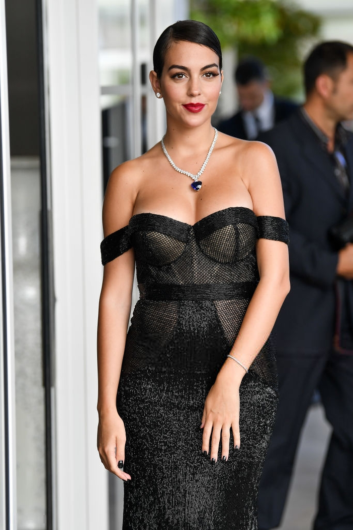 Chẳng cần hở bạo như Ngọc Trinh, bạn gái Ronaldo vẫn khiến fan ná thở vì quá xinh đẹp, nóng bỏng và thần thái ngút ngàn khi xuất hiện ở Cannes - Ảnh 4.