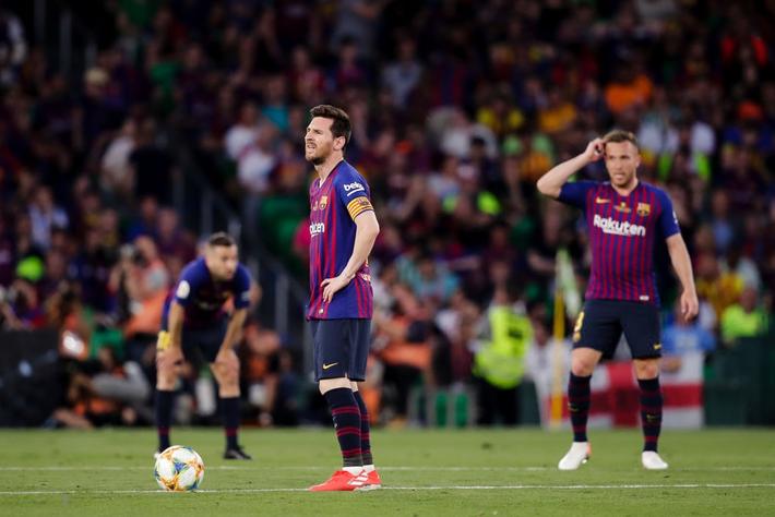 Có cầu thủ nào buồn thảm hơn Messi lúc này: Danh hiệu vớt vát niềm vui cuối mùa bỗng chốc tan biến - Ảnh 1.