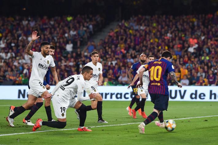 Có cầu thủ nào buồn thảm hơn Messi lúc này: Danh hiệu vớt vát niềm vui cuối mùa bỗng chốc tan biến - Ảnh 6.