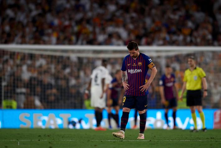 Có cầu thủ nào buồn thảm hơn Messi lúc này: Danh hiệu vớt vát niềm vui cuối mùa bỗng chốc tan biến - Ảnh 8.