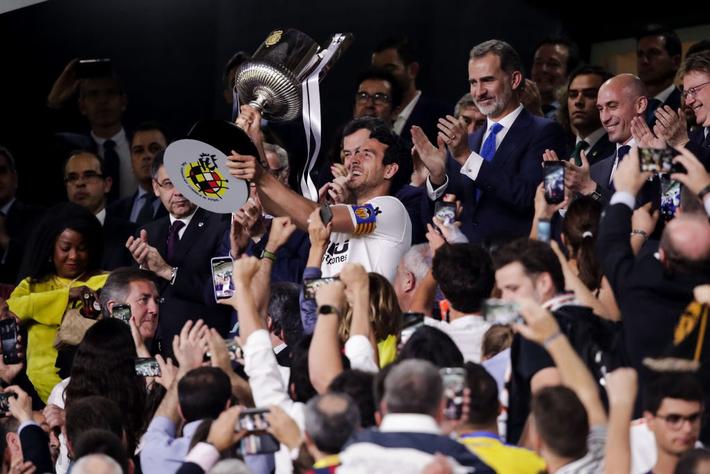 Có cầu thủ nào buồn thảm hơn Messi lúc này: Danh hiệu vớt vát niềm vui cuối mùa bỗng chốc tan biến - Ảnh 9.