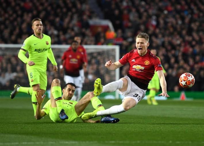 Manchester United: Thành tích kém cỏi, tiền nhiều để làm gì? - Ảnh 1.