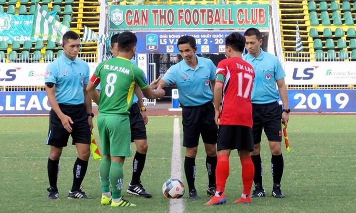 Ban kỷ luật 'sửa sai' cho hai trọng tài V-League và hạng Nhất - Ảnh 2.