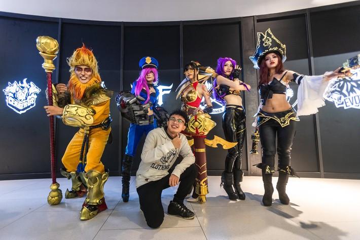 Ngắm nhìn dàn cosplay xinh đẹp làm nóng không khí trước thềm giải đấu MSI 2019 - Ảnh 7.