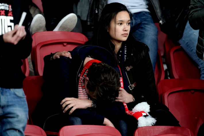 Chàng thanh niên hâm mộ Ajax gục khóc nức nở trong vòng tay bạn gái sau thất bại nghiệt ngã ở bán kết Champions League - Ảnh 1.