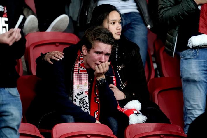 Chàng thanh niên hâm mộ Ajax gục khóc nức nở trong vòng tay bạn gái sau thất bại nghiệt ngã ở bán kết Champions League - Ảnh 2.