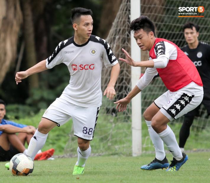 Hùng Dũng nhờ Đức Huy đánh trọng tài vì bắt lỗi nhầm trong buổi tập của Hà Nội FC - Ảnh 2.