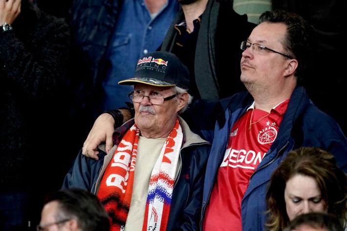 Chàng thanh niên hâm mộ Ajax gục khóc nức nở trong vòng tay bạn gái sau thất bại nghiệt ngã ở bán kết Champions League - Ảnh 3.