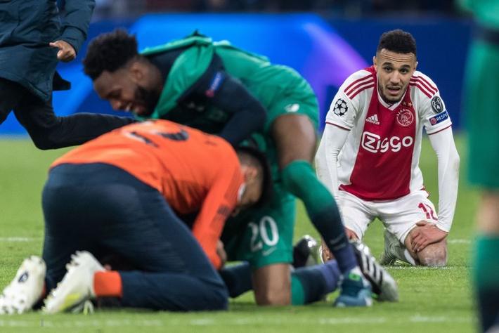Những hình ảnh tràn ngập đau thương của Ajax Amsterdam sau khi bị đội bóng của Son Heung-min kết liễu ở giây bù giờ cuối cùng - Ảnh 4.