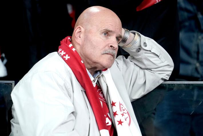 Chàng thanh niên hâm mộ Ajax gục khóc nức nở trong vòng tay bạn gái sau thất bại nghiệt ngã ở bán kết Champions League - Ảnh 4.