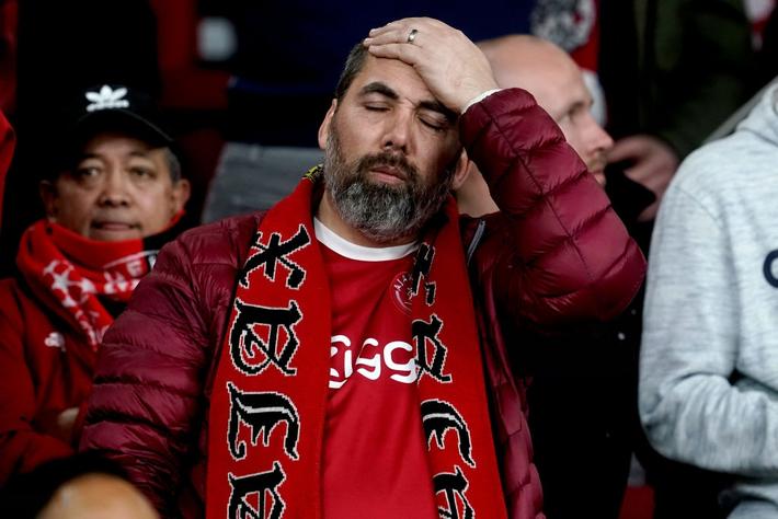Chàng thanh niên hâm mộ Ajax gục khóc nức nở trong vòng tay bạn gái sau thất bại nghiệt ngã ở bán kết Champions League - Ảnh 5.