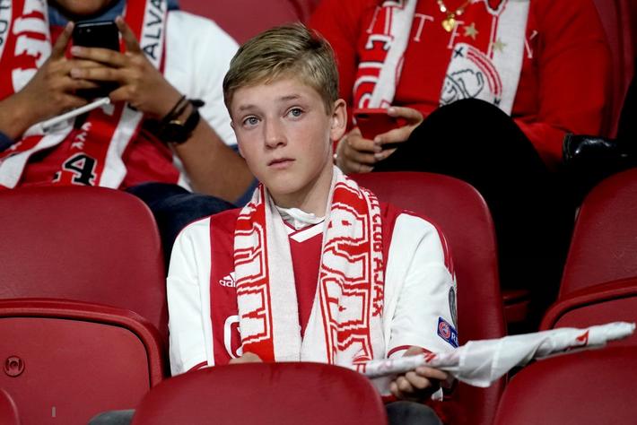 Chàng thanh niên hâm mộ Ajax gục khóc nức nở trong vòng tay bạn gái sau thất bại nghiệt ngã ở bán kết Champions League - Ảnh 6.