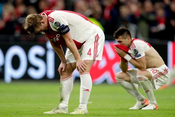 Chàng thanh niên hâm mộ Ajax gục khóc nức nở trong vòng tay bạn gái sau thất bại nghiệt ngã ở bán kết Champions League - Ảnh 7.