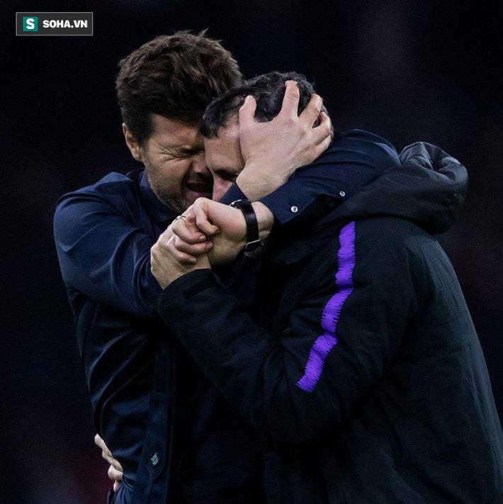 """HLV Tottenham quỳ xuống sân rồi òa khóc sau màn ngược dòng """"kinh điển"""" - Ảnh 1."""