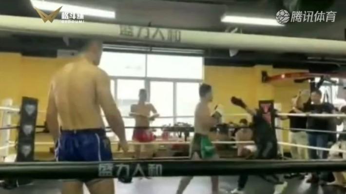 Thất bại ô nhục, võ sư Thiếu Lâm giả vờ bắt tay rồi… chọc vào mắt võ sĩ MMA - Ảnh 2.