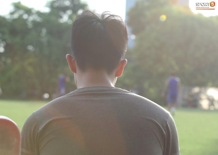Đình Trọng xem đồng đội tập luyện, làm việc vặt giết thời gian trong khi chờ sang Singapore phẫu thuật - Ảnh 2.