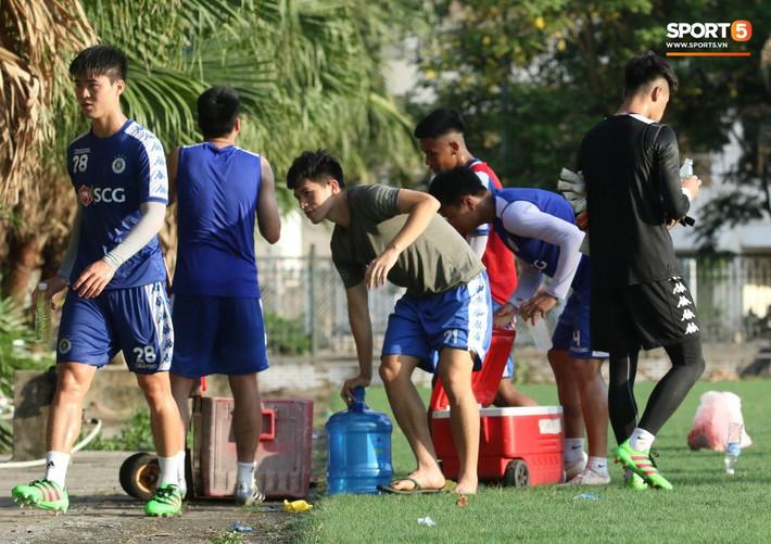 Đình Trọng xem đồng đội tập luyện, làm việc vặt giết thời gian trong khi chờ sang Singapore phẫu thuật - Ảnh 5.