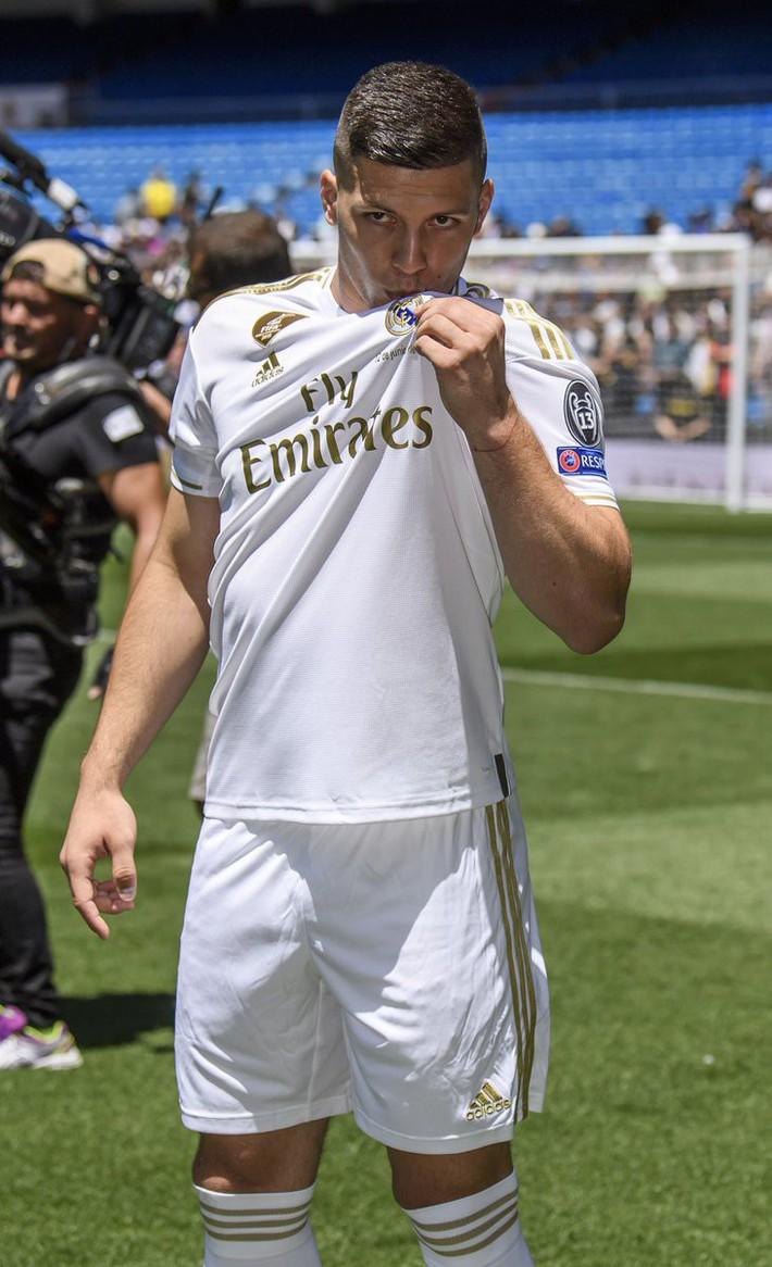 Tân binh siêu đẹp trai trị giá 1.600 tỷ VNĐ của Real Madrid ra mắt khán giả với khuôn mặt lạnh như tiền - Ảnh 2.