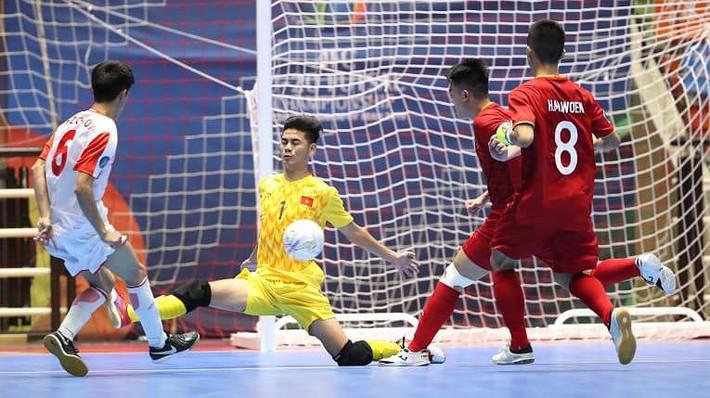Ngược dòng thắng Tajikistan, Việt Nam vào tứ kết - Ảnh 2.