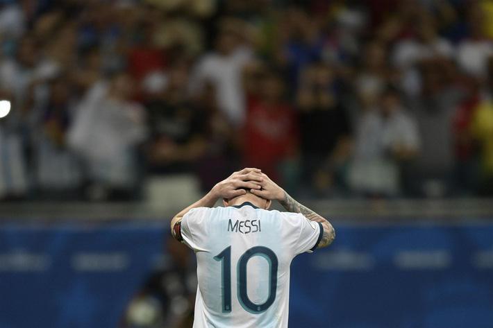 Messi ôm mặt thất vọng, Argentina khởi đầu Copa America bằng một thảm họa - Ảnh 1.