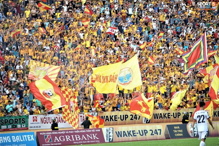 Sân Thiên Trường của Nam Định đông khán giả nhất lượt đi V.League 2019 - Ảnh 1.