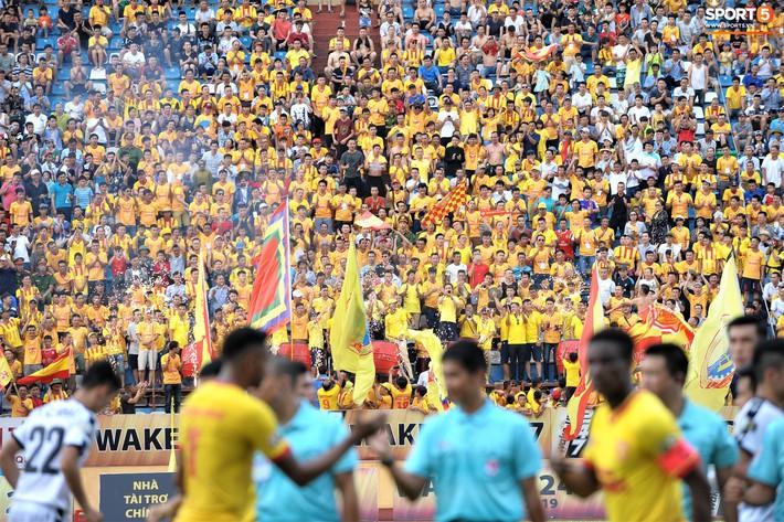 Sân Thiên Trường của Nam Định đông khán giả nhất lượt đi V.League 2019 - Ảnh 2.