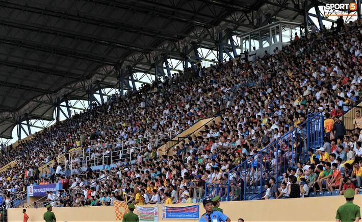 Sân Thiên Trường của Nam Định đông khán giả nhất lượt đi V.League 2019 - Ảnh 12.