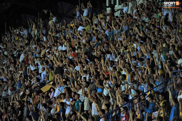Sân Thiên Trường của Nam Định đông khán giả nhất lượt đi V.League 2019 - Ảnh 14.